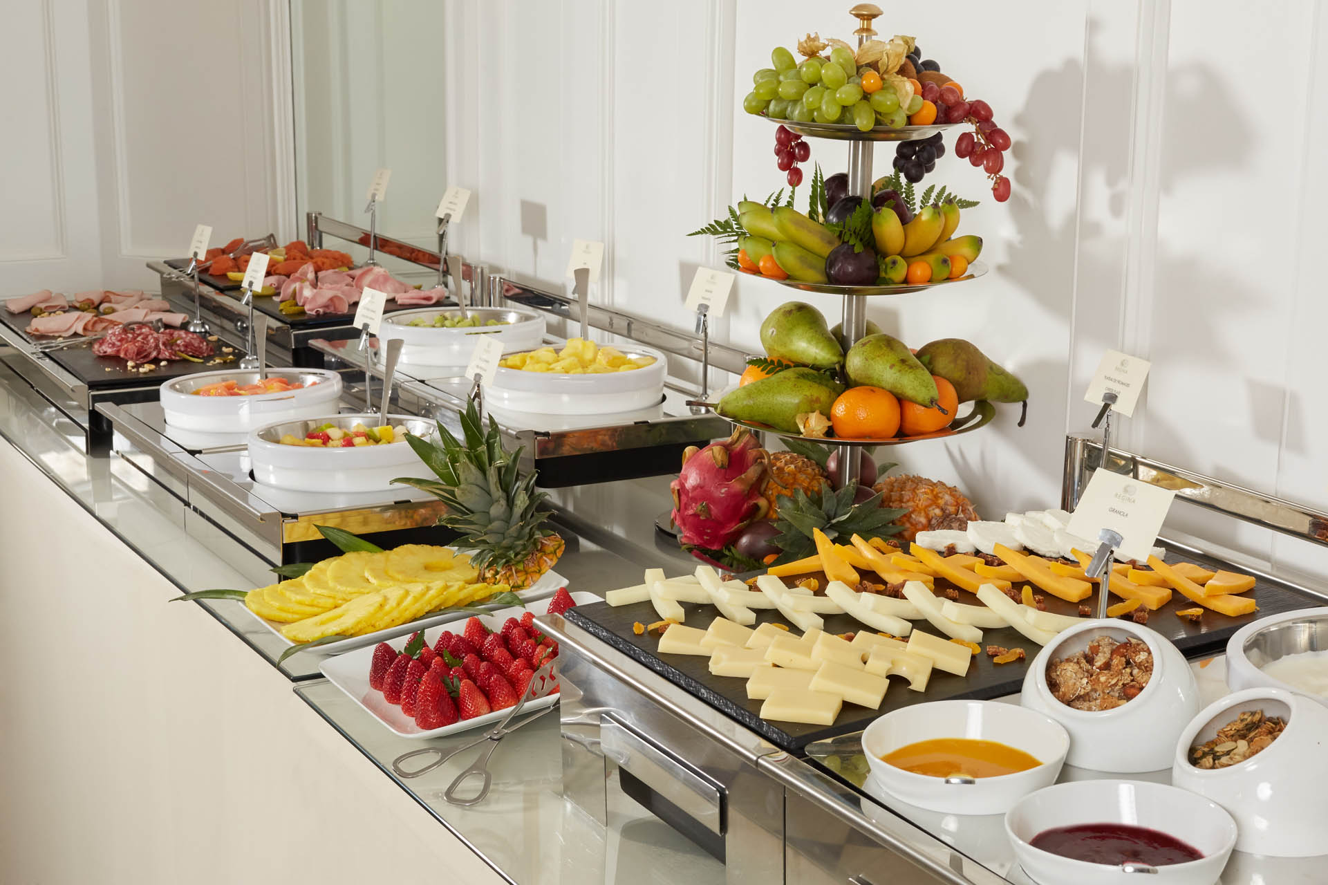 235/Petit dejeuner/Breakfast Room - Buffet 4 - CHotel Regina Paris.jpg